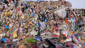 Stortplaats` s verschillend afval Sluit omhoog 4K stock videobeelden