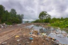 Stortplaats of stortplaatshuisvuil en afval in het vuile water dat vervuilt en milieu in het bos vergiftigt royalty-vrije stock foto