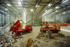 Stortplaats-vrachtwagens die puin leegmaken stock fotografie