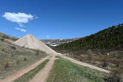 Stortplaatsen van besteed erts bij de Aktash-mijn Berg Altai siberië Rusland royalty-vrije stock fotografie