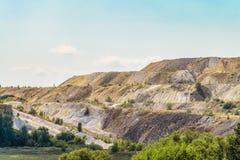 Stortplaatsen van verwerkt ijzererts Afval van de ijzerertsindustrie stock foto