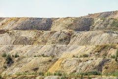 Stortplaatsen van verwerkt ijzererts Afval van de ijzerertsindustrie Close-up royalty-vrije stock fotografie