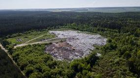 Stortplaatsverwijdering van niet gesorteerd puin in het midden van de bos Luchtfotografie met hommel royalty-vrije stock foto's
