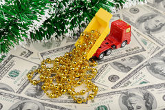 Stortplaatsvrachtwagen en nieuw jaarspeelgoed op de dollarsachtergrond Stock Foto