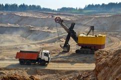 Stortplaatsvrachtwagen in industriële mijnbouwsteengroeve stock afbeelding