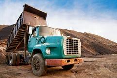 Stortplaatsvrachtwagen op uitgravingsplaats Stock Foto's