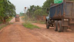 Stortplaatsvrachtwagens die bij de landweg drijven stock videobeelden
