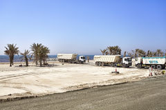 Stortplaatsvrachtwagens op een bouwwerf langs de weg tussen Doubai en Sharjah Stock Afbeeldingen