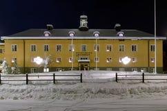 Storuman Stadtbezirksgebäude in der Winternacht, Schweden Lizenzfreie Stockbilder