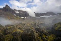 Storurd - zona di montagna con un bello lago in Islanda fotografia stock libera da diritti