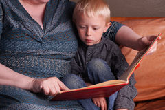 Story time in the couch Royalty Free Stock Photography