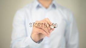 Storyboard, Mann-Schreiben auf transparentem Schirm Lizenzfreie Stockbilder