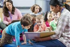 Storytime an der Kindertagesstätte lizenzfreie stockfotos