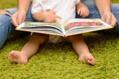 Storytime mit Mutter und Baby Lizenzfreies Stockfoto
