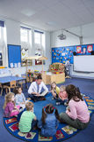 Storytime på barnkammaren royaltyfri bild