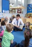 Storytime på barnkammaren arkivfoto