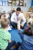 Storytime på barnkammaren royaltyfri fotografi