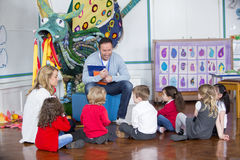 Storytime på barnkammaren royaltyfria foton