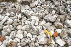Stos łamana betonowa struktura od szczątki szarość cegły i kamienie Tło zdjęcie royalty free