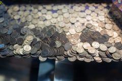 Stos ćwiartek monety wśrodku hazard maszyny zdjęcia stock
