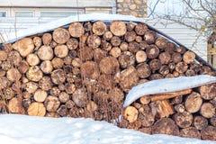 Stos łupka pod śniegiem w zimie obrazy stock