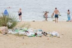 Stos śmieci przy wyjściem od plaży Obraz Royalty Free
