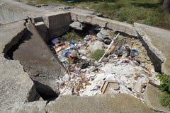 Stos śmieci w jamie na betonowym bulwarze w mieście Novorossiysk blisko plaży Zdjęcia Royalty Free