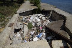 Stos śmieci w jamie na betonowym bulwarze w mieście Novorossiysk blisko plaży Obrazy Stock