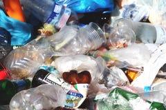 Stos śmieci wliczając karmowych odpadów i puszek Śmieciarski tło fotografia royalty free