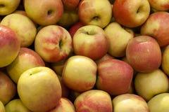 Stos świeży pomarańczowy i żółty jabłko odgórnego widoku zakończenie up zdjęcie royalty free