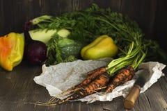 Stos świezi organicznie warzywa nad drewnianym stołem Fotografia Stock