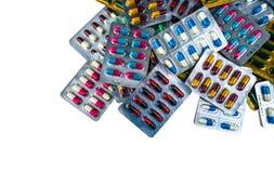 Stos antybiotyczne kapsuł pigułki w bąbel paczce na białym tle z kopii przestrzenią Leka opór pharmaceutical zdjęcie royalty free