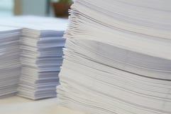 Stos białych papierów prześcieradło przy biurem fotografia royalty free
