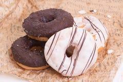 Stos biali i ciemni czekoladowi donuts Zdjęcie Royalty Free