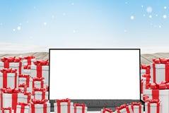 Stos boże narodzenie teraźniejszość z ekranem komputerowym 3d-illustration i niebieskim niebem ilustracji