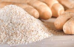 Stos breadcrumbs i rozmyte chlebowe rolki w tle Obraz Royalty Free