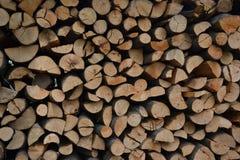Stos brogująca łupka w wiejski ogrodowym przygotowywającym dla zimy Przygotowanie dla zimy Drewniany bela abstrakta tło Fotografia Royalty Free