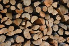 Stos brogująca łupka w wiejski ogrodowym przygotowywającym dla zimy Przygotowanie dla zimy Drewniany bela abstrakta tło Zdjęcia Stock