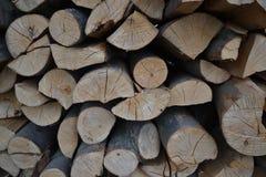 Stos brogująca łupka w wiejski ogrodowym przygotowywającym dla zimy Przygotowanie dla zimy Drewniany bela abstrakta tło Suszę sie Zdjęcia Stock
