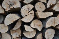 Stos brogująca łupka w wiejski ogrodowym przygotowywającym dla zimy Przygotowanie dla zimy Drewniany bela abstrakta tło Suszę sie Obraz Royalty Free