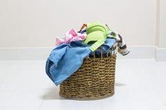 Stos brudna pralnia w płuczkowym koszu na białym tle Zdjęcia Stock