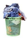 Stos brudna pralnia w płuczkowym koszu, pralniany kosz z kolorowym ręcznikiem, kosz z czystym odziewa, kolorowi ubrania obraz royalty free