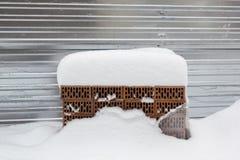 stos budynek cegły w zimie pod śniegiem obraz royalty free