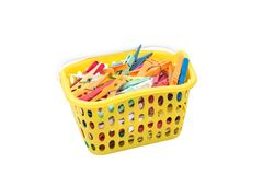 Stos colourful plastikowych płótno kahatów inside żółty kosz odizolowywający na białym tle Zdjęcia Stock