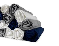 Stos colours staczać się koszulki odizolowywać na białym tle - zamyka w górę P zdjęcie stock