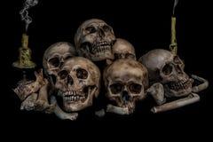 Stos czaszki i kości z dwa dymami i świeczkami Obraz Royalty Free