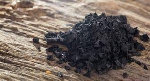 Stos czerni sól na drewnianym stole zbliżenia eyedroppers wysoka rozdzielczość prawdziwy widok Zdjęcie Royalty Free