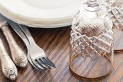 Stos czyści biel talerze win szkła na stole i Obraz Royalty Free