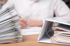 Stos dokumenty z mężczyzna zdjęcie stock