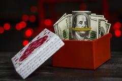 Stos dolary w czerwonym prezenta pudełku zdjęcie stock